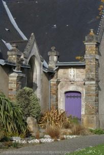 La paroisse Saint-Martin de Corsept a depuis le mois de Mai 2004 été rattachée à Saint Brévin et Paimboeuf pour former la paroisse nouvelle Saint-Nicolas de l'Estuaire. L'église de Corsept est un mélange de style roman et gothique. Sa caractéristique principale est son clocher bas en bulbe ardoisé et en forme de croix latine (construit de 1804 à 1807). De l'extérieur, on dirait une église bretonne, trapue, ramassée sur elle-même pour échapper à l'emprise des vents. Elle est orientée Est Ouest, parallèle au cours de la Loire, comme les églises anciennes. Le chœur est à l'Est (orient) et le clocher à l'Ouest (occident). A l'intérieur, on peut remarquer diverses richesses telles que statues, autels, l'ex-voto, une cuve baptismale et une cuve en terre cuite. Ouvert au public tous les jours de 10h à 17h, sauf juillet et août de 10h à 19h. Culte : samedi à 18h.